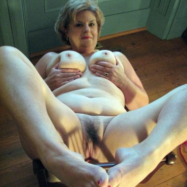 Granny Hardcore completely nude